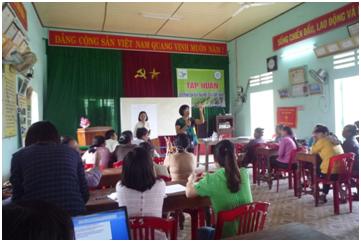 Bà Từ Thị Tuyết Nhung – Trưởng Ban điều phối PGS Việt Nam làm việc cùng với các học viên