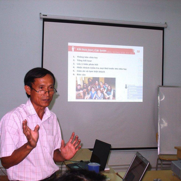 Thầy Nguyễn Phùng-chuyên viên phòng thương mại du lịch Hội An phụ trách giảng dạy